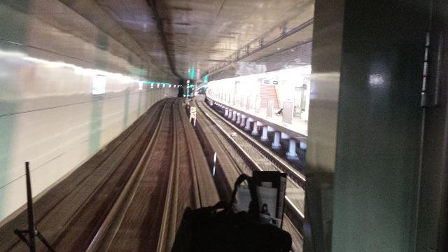 東北沢を通過、急行線が下にいく