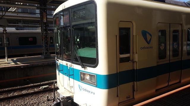 新百合ケ丘を発車する8000形(快速急行小田原行き)