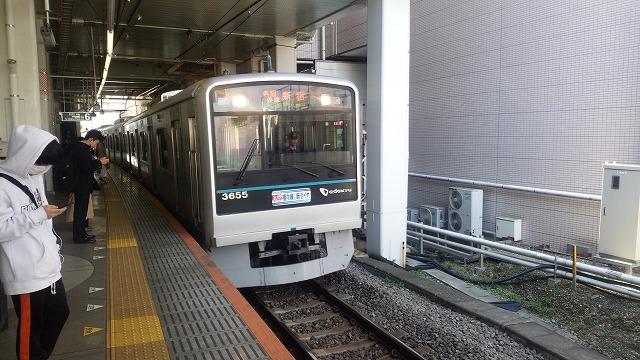 新百合ケ丘6番ホームに着く各駅停車