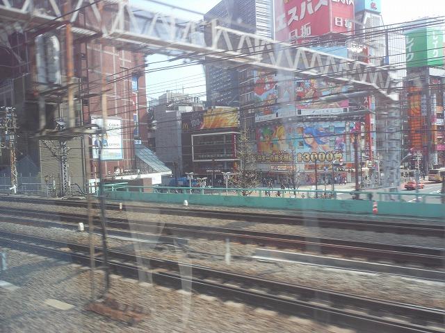 新宿の靖国通りを通過
