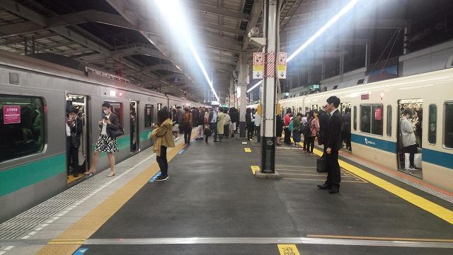 千代田線からの急行と新宿発の急行が並ぶ