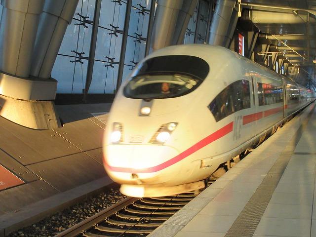 フランクフルト空港駅に入線するICE3