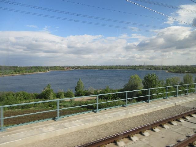 高速新線から見える湖