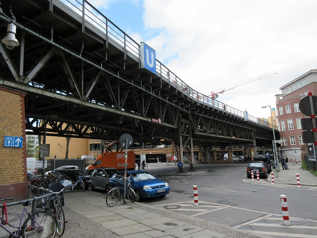 地下鉄の高架下