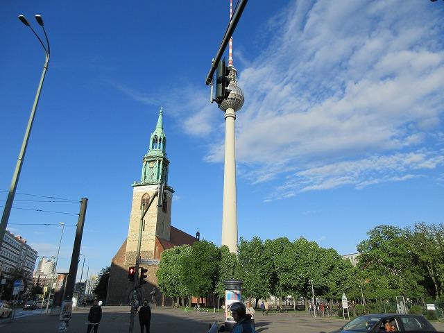 美しいベルリンテレビ塔と聖マリア教会