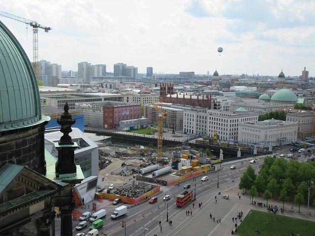 再建中のベルリン王宮(南方向)を眺める