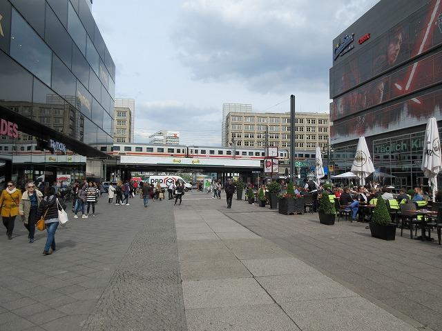 アレクサンダー広場を通過するIC