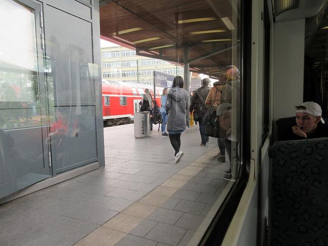 途中駅を近郊列車が通過する