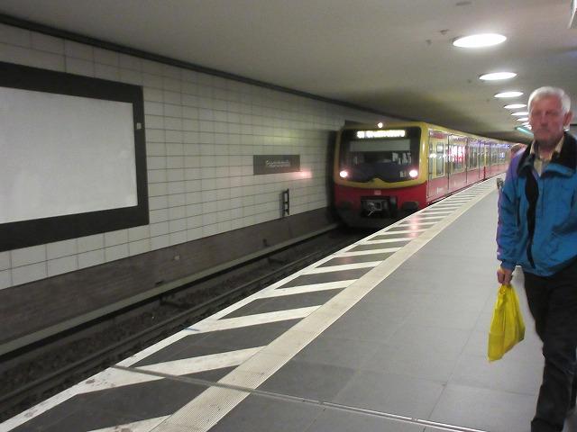 フリードリヒ通り駅に到着するSバーン