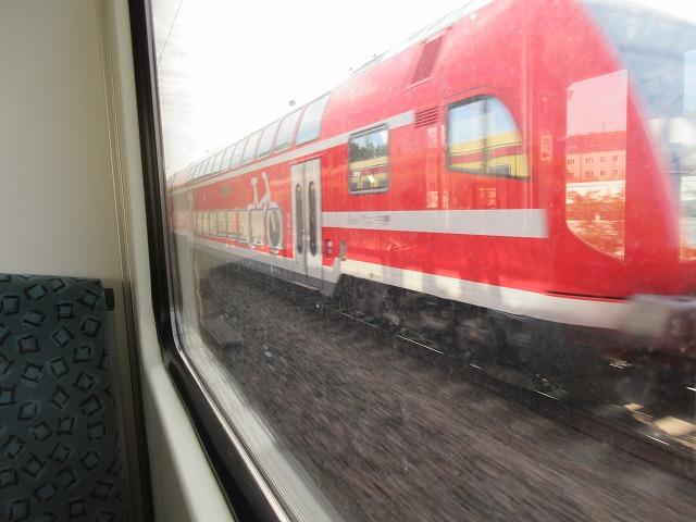 近郊列車とすれ違う