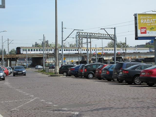 ポーランド国鉄の列車が通る