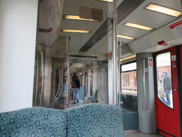 ボックス席と出入り口の間の仕切り板