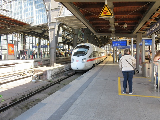 そんなフリードリヒ駅をICEが通過する