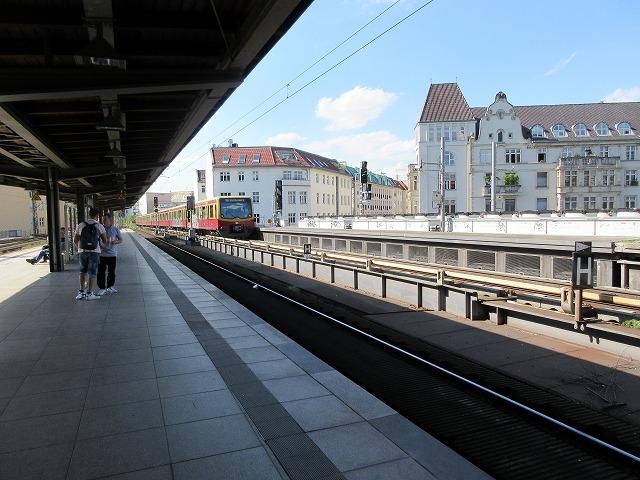 フリードリヒ通り駅にリヒテンブルク行きがやってきた