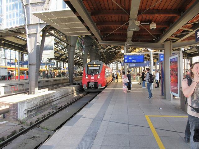 フリードリヒ通り駅:近郊列車も停車する