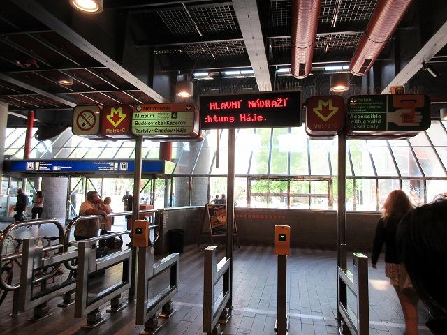 プラハ地下鉄の刻印機