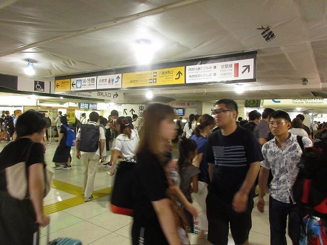 大混雑する東京駅