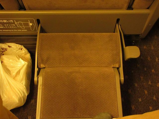 N700系のぞみグリーン車の足のせ(展開)