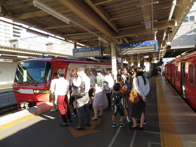 すぐに名古屋本線特急が知立に到着