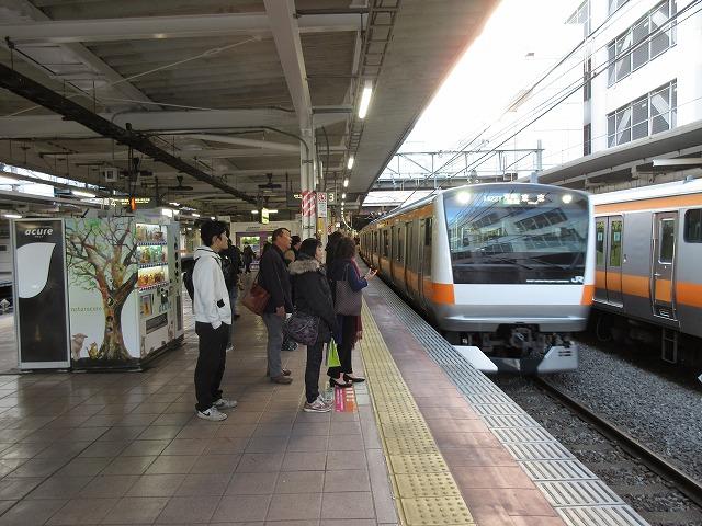 立川に到着するE233系青梅特快
