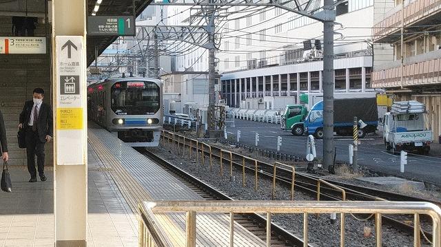 埼京線池袋に停車中のりんかい線70-000系
