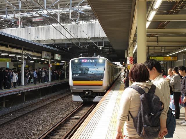 武蔵小杉に進入する南武線快速E233系