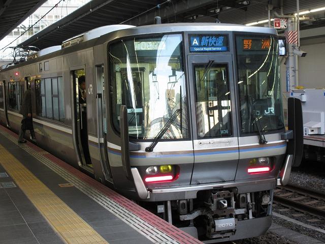 大阪に到着する223系新快速